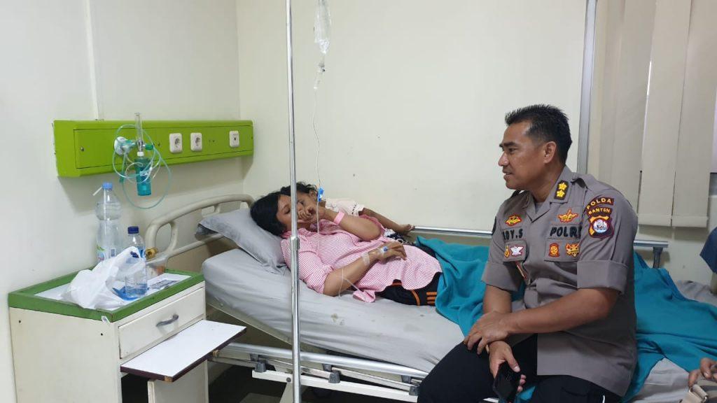 Peduli Terhadap Anggota, Kabid Humas Polda Banten Besuk Anggota Yang Sedang Sakit
