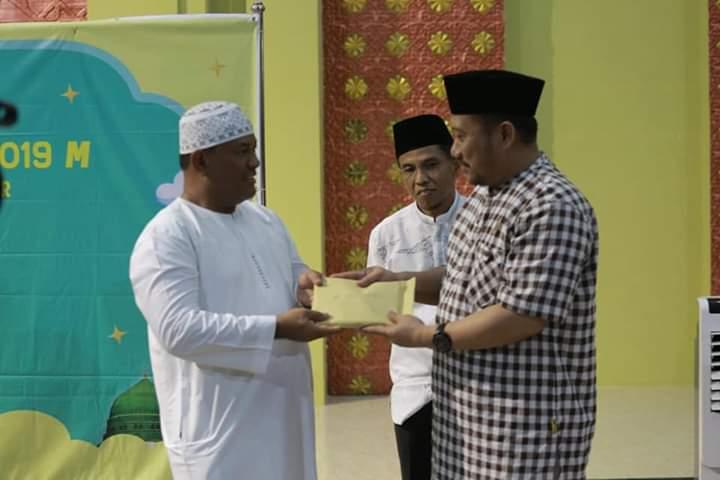 Bupati Kampar Serahkan Zakat Dan Bantuan Operasional Markaz Islami Bangkinang