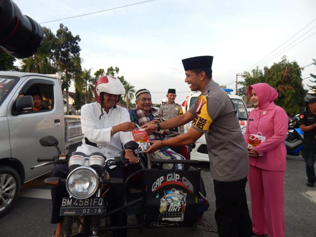 Ops Keselamatan MT 2019 : Polres Kampar Bagi Takjil untuk Pengguna Jalan yang Tertib Berlalulintas