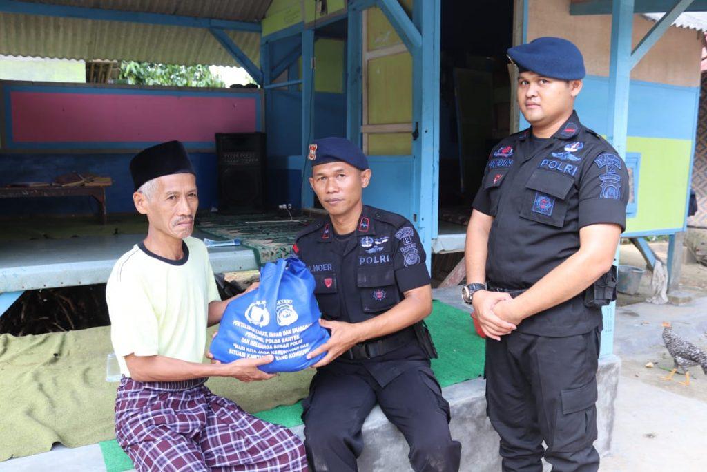 Brimobda Banten Laksanakan Pembagian Sembako kepada Warga Kurang Mampu