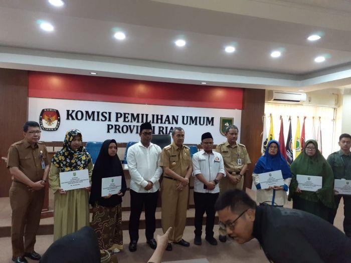 Gubernur Riau Berikan Santunan ke Keluarga Petugas Pemilu yang Meninggal dan Terkena Musibah