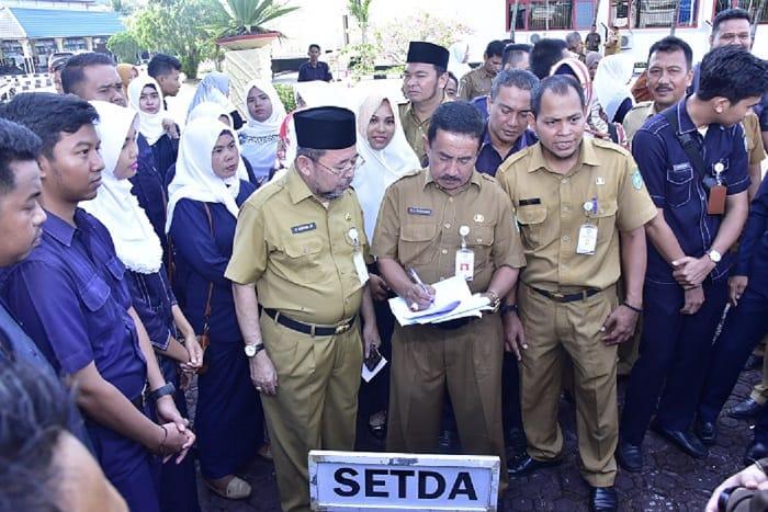 Sekda Sidak  Pegawai Dihalaman Kantor Bupati Setelah Apel