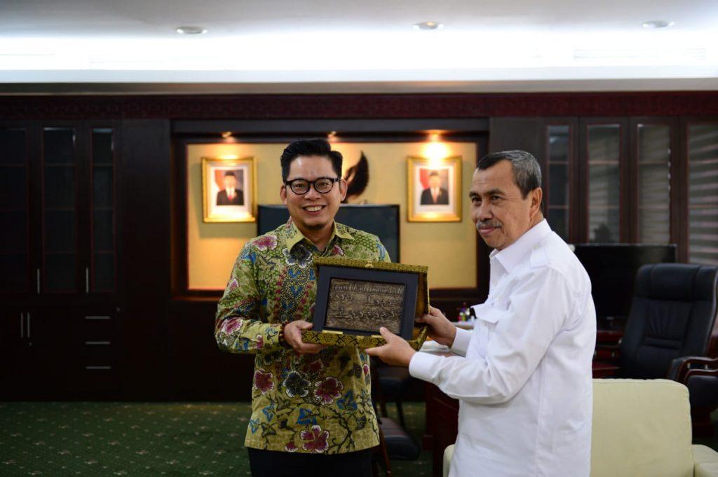Konsul Jendral Singapura Mark Low Bersilahturrahmi Dengan Gubernur Riau