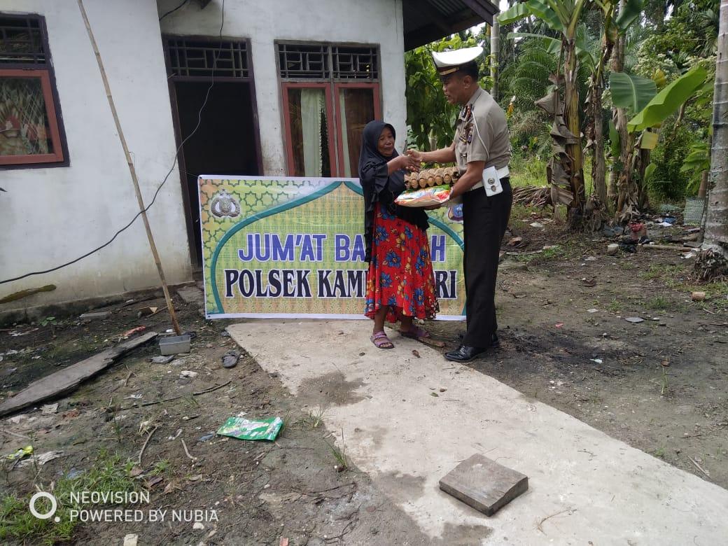 Anggota Polsek Kampar Kiri Sambangi Warga dan Berikan Bantuan Sembako