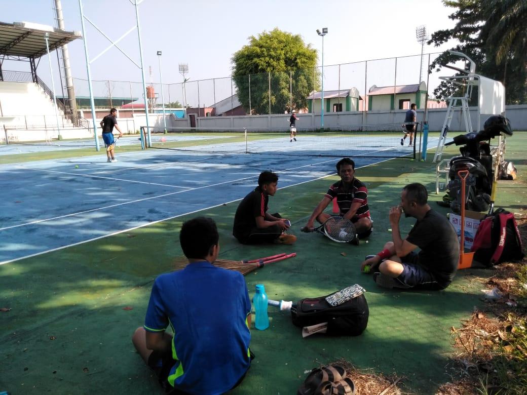 Dukung TMMD Ke 105 Kodim 0313/KPR, Asril Samik Danramil 07/Kampar Lakukan Komsos Dengan Atliet Tenis