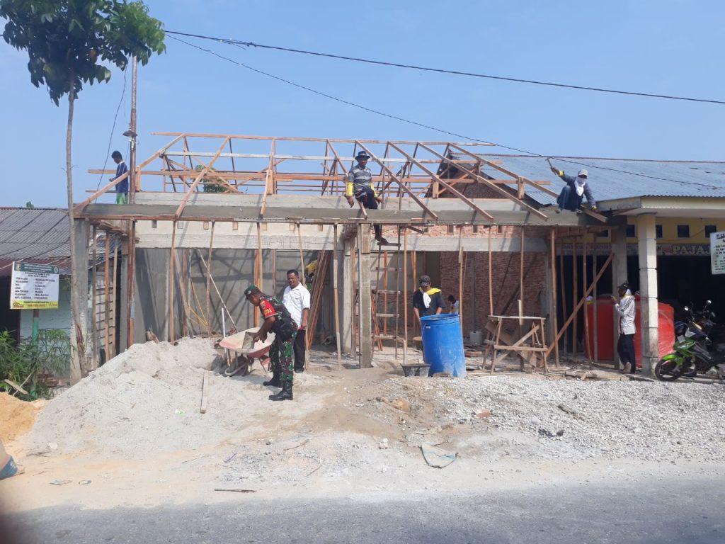 TMMD ke 105 Kodim 0313/KPR, Babinsa dan Kades Tinjau Pembangunan Perpustakaan Desa