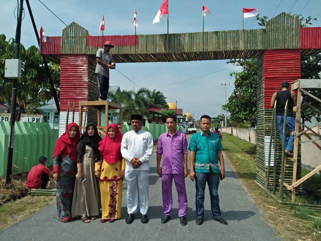 Sambut HUT RI ke-74 Kades Salo Bersama Aparatur Desa, Lakukan Goro Bangun Gapura