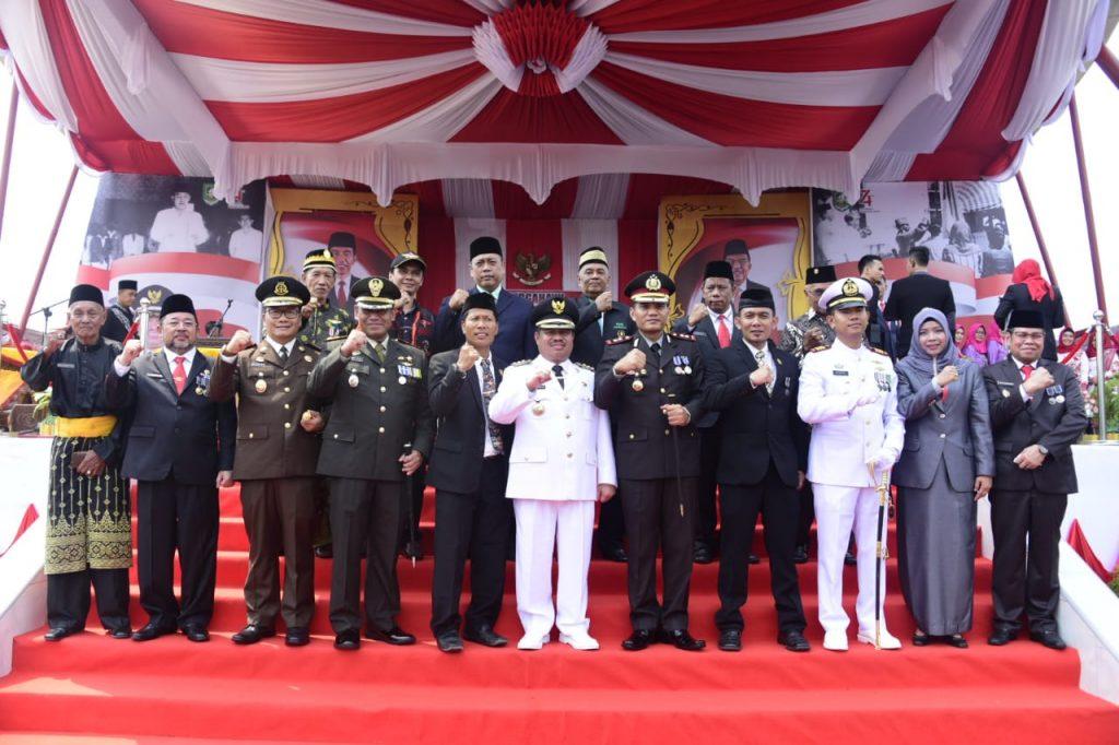 Bupati Bengkalis Jadi Inspektur Upacara Bendera Dilapangan Tugu