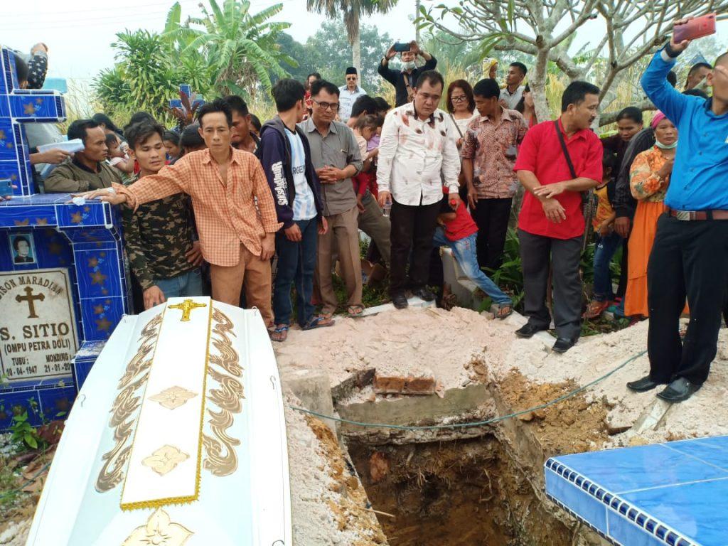Jenazah Manigawu Halawa Ibunda Tercinta dari Pemred Harian Berantas Dimakamkan di Umban Sari Rumbai Pekanbaru