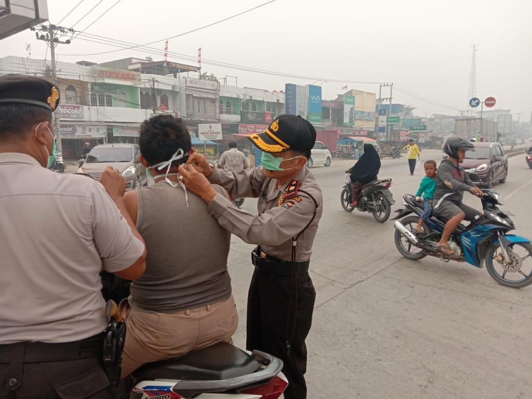 Darurat Asap,Jajaran Polsek Pangkalan Kuras Bersama Dinas Kesehatan Bagikan Masker Ke Warga
