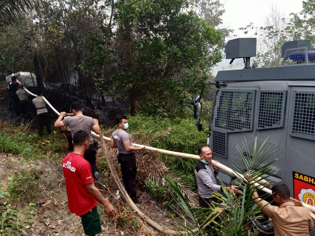 Polres Kampar Kerahkan Mobil AWC Bantu Pemadaman Karlahut di Wilayah Salo
