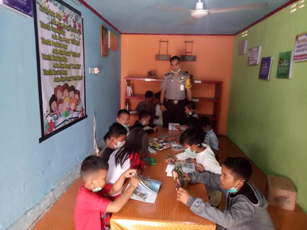 Libur Sekolah, Sejumlah Pelajar Kunjungi Rumah Baca Binaan Bhabinkamtibmas Teratak Buluh