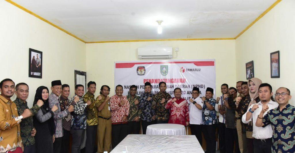 Bupati Bengkalis Amril Mukminin  Melakukan Penandatanganan NPHD Pemilihan Kepala Daerah dan Wakil Kepala Daerah Kabupaten Bengkalis Tahun 2020