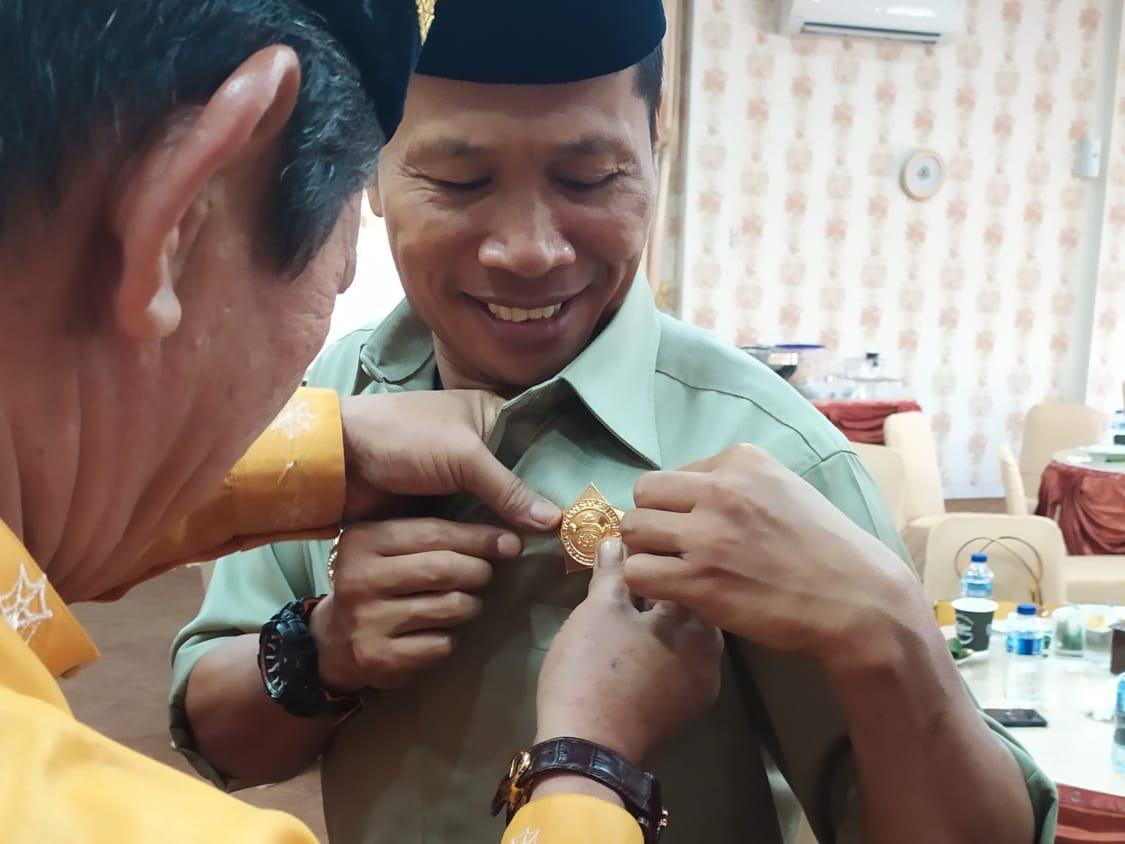 Ketua DPRD Provinsi Riau Dinobatkan Sebagai Warga Kehormatan Kesultanan Siak oleh Rombongan Kerabat Keluarga Kesultanan Siak