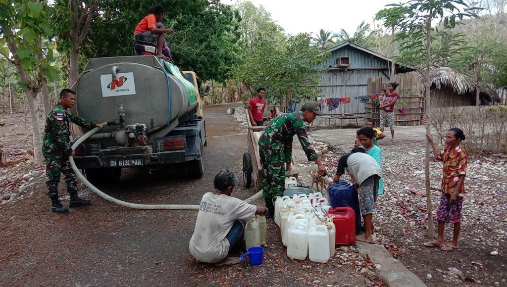 Sulit Mendapatkan Air di Perbatasan, Satgas Pamtas RI-RDTL Yonif 132/BS , Bagikan Air Gratis Untuk Masyarakat