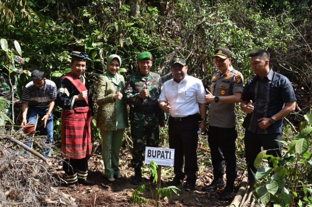 Peringati Hari Juang TNI AD, Danrem dan Bupati Kampar Lakukan Penanaman Pohon