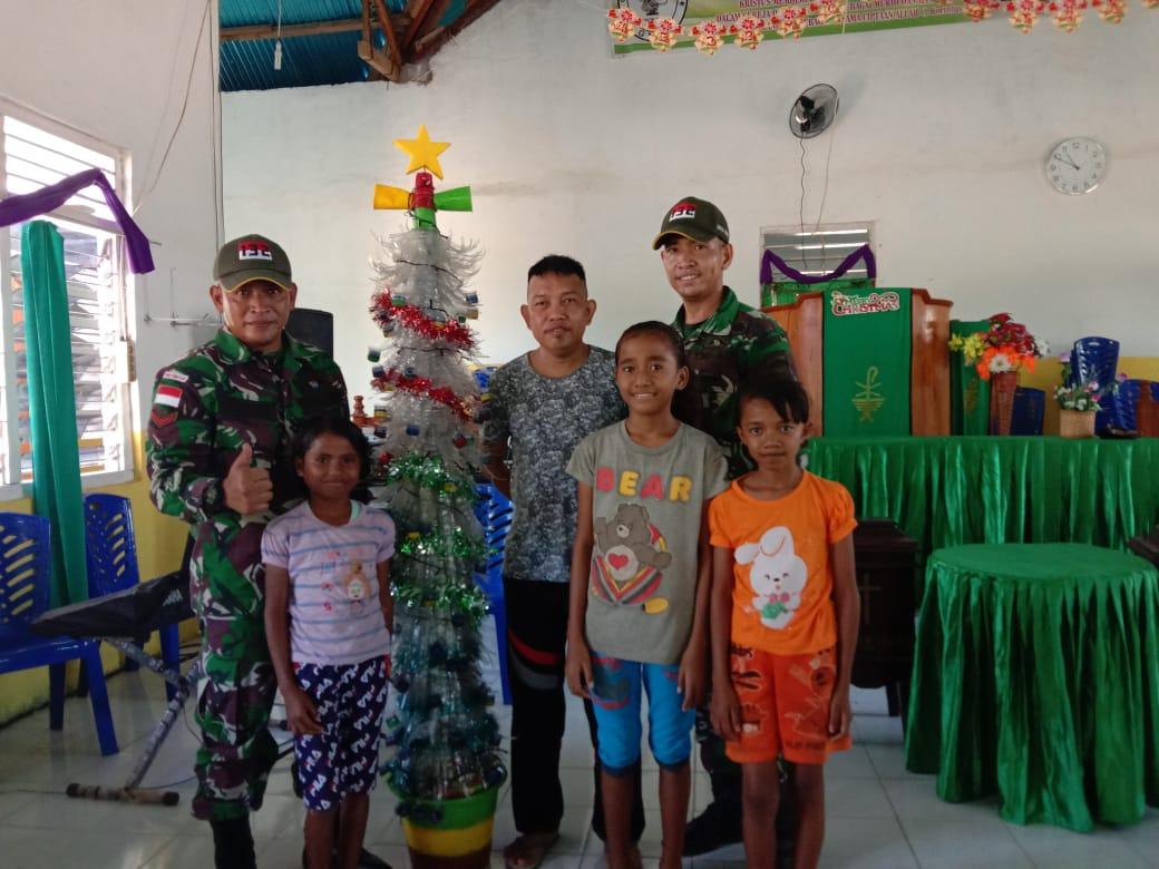 Indahnya Kebersamaan, Satgas Pamtas RI-RDTL Yonif 132/BS, Bagikan Pohon Natal Untuk Masyarakat di Perbatasan