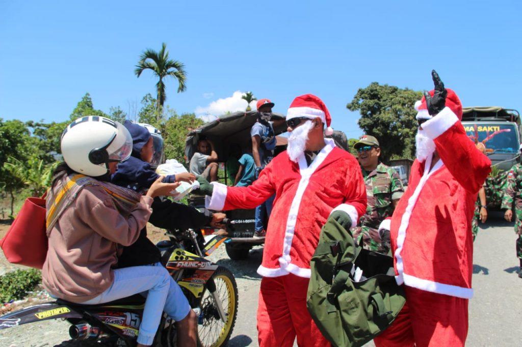 Semarak Natal, Satgas Pamtas RI-RDTL Yonif 132/BS, Terjunkan Santa Claus di Perbatasan