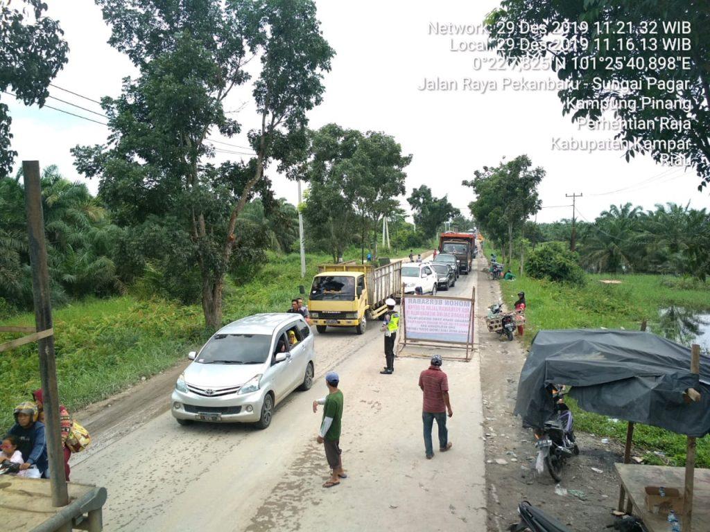Tim Urai Macet Polres Kampar Intensifkan Patroli ke Daerah Rawan Longsor di Lintas Riau – Sumbar