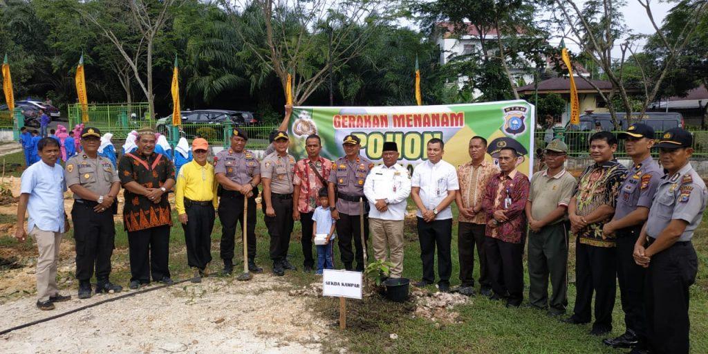 Polri Peduli Penghijauan : Ratusan Pohon Ditanam di Sekitar Polres Kampar dan SMP 2 Bangkinang