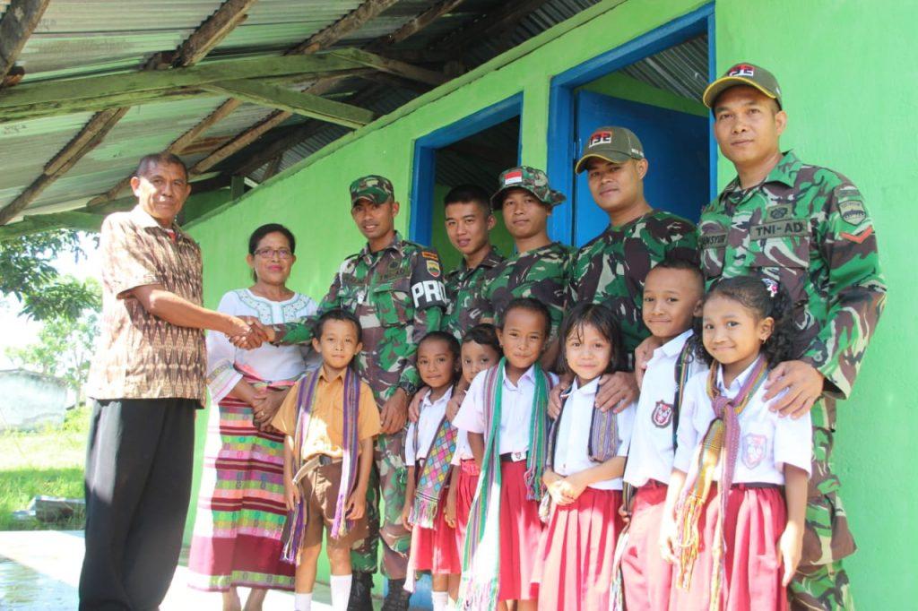 Tingkatkan Kesehatan Masyarakat, Satgas Pamtas RI-RDTL Yonif 132/BS, Renovasi Kamar Mandi Sekolah Perbatasan
