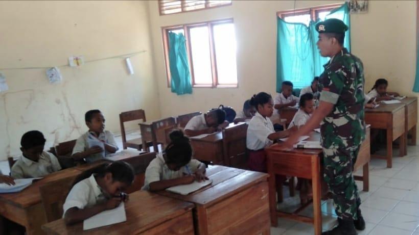 Peduli Pendidikan, Satgas Yonif 132/BS, Menjadi Guru di Perbatasan