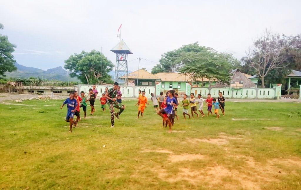 Satgas Yonif 132/BS Berikan Pelatihan Sepak Bola Anak-Anak Perbatasan