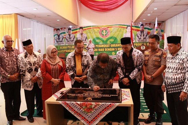 Sekdaprov Yan Prana Resmikan Gedung Guru Riau Rusli Zainal