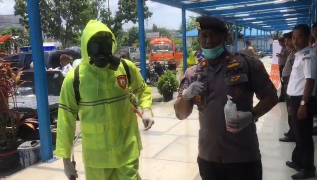 Polres Kampar dan Seluruh Polsek Jajaran Desinfeksi Area Publik dan Himbau Warga Kurangi Keluar Rumah