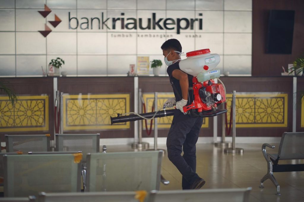 Cegah Penyebaran Covid-19, Bank Riau Kepri Disemprot Cairan Disinfektan