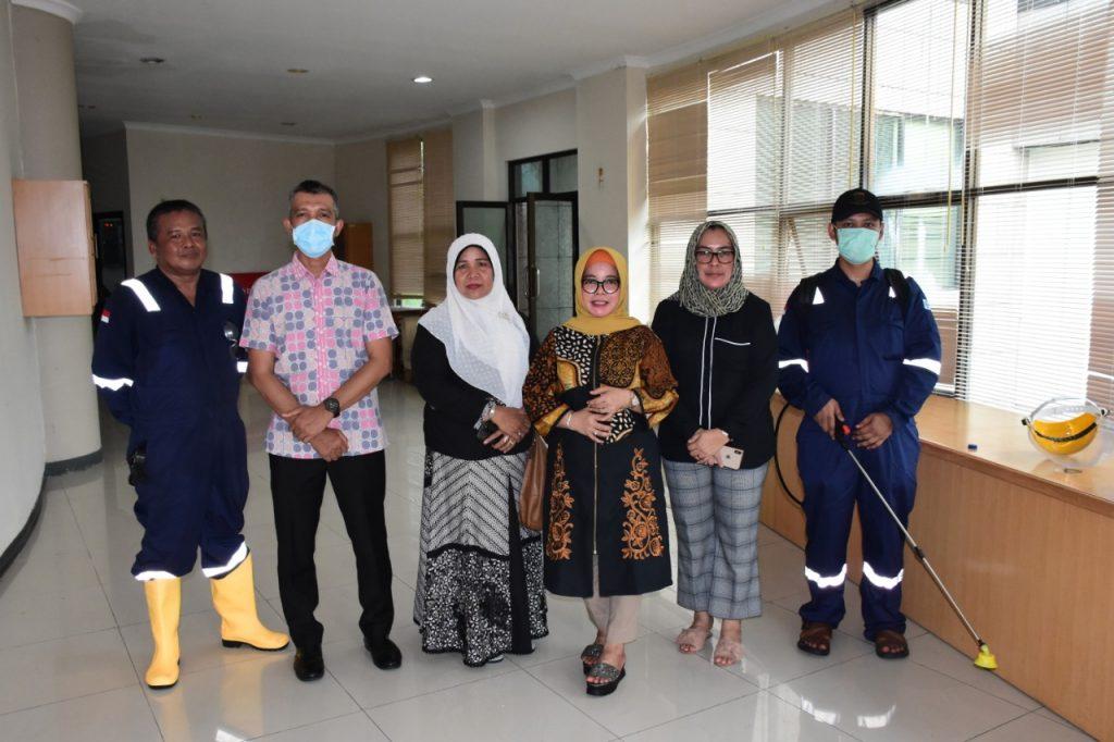 Cegah Penyebaran Covid-19, Seluruh Ruang di Gedung DPRD Kampar Disemprot Disinfektan