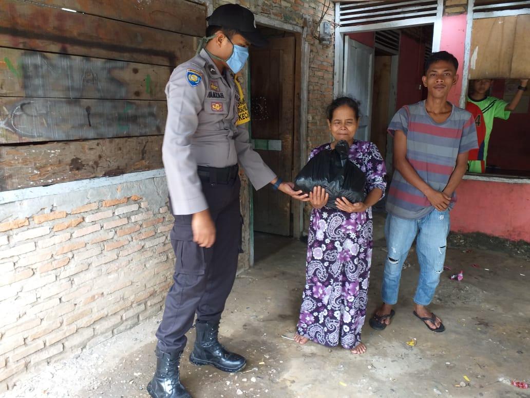 Dukung Social Distancing, Polsek Tambang Bagikan 52 Paket Sembako Untuk Warga Kurang Mampu