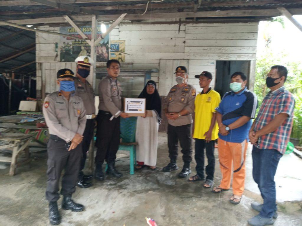 Dukung Social Distancing, Polsek Tapung Distribusikan Sembako Dari Bhayangkari Untuk Warga Kurang Mampu