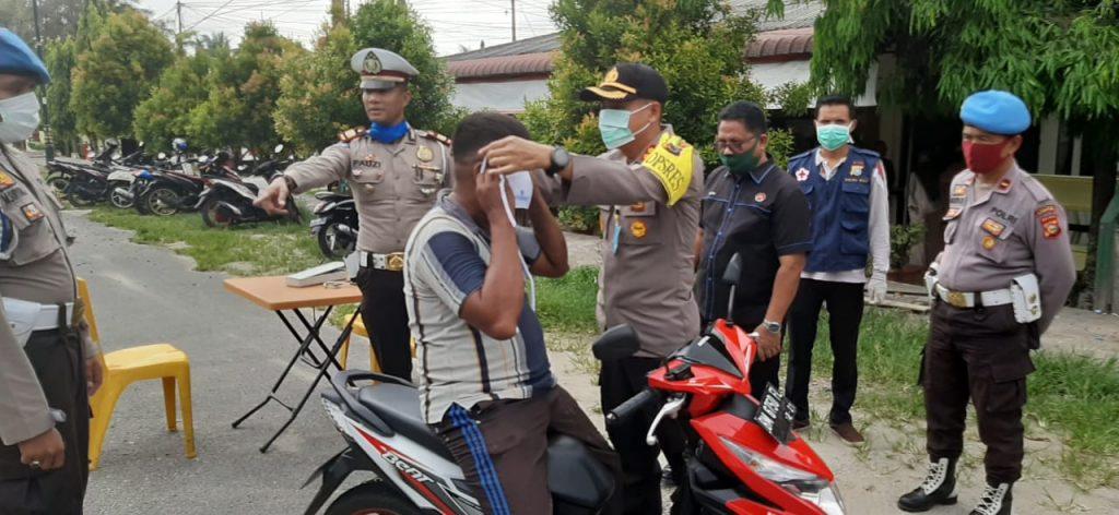 Kapolres Kampar didampingi Kasat Lantas Bagikan Masker kepada Pengguna Jalan Cegah Covid-19