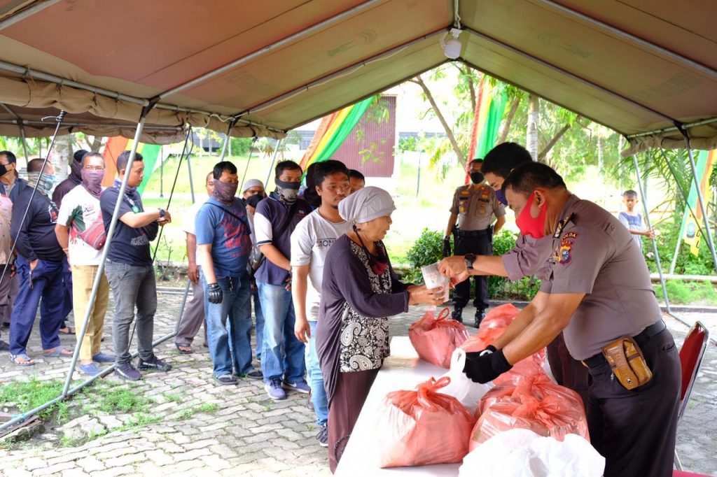 Ketua MUI Riau Apresiasi Posko Relawan Karhutla & Covid-19, Beri Bantuan Sembako Untuk Warga