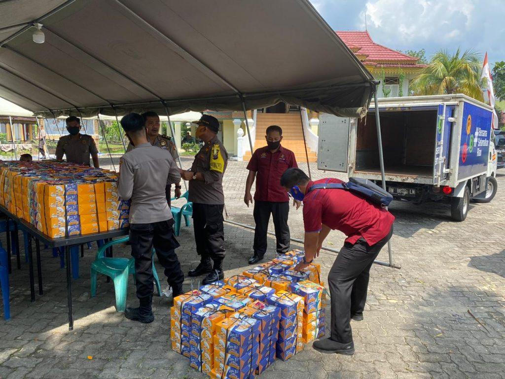 TNI-POLRI di Riau Buka Dapur Umum, Bagikan 900 Nasi Kotak Untuk Masyarakat Terdampak Covid-19