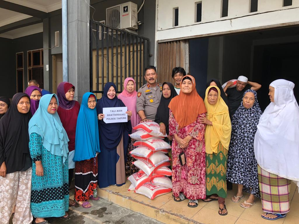 Bhayangkari Polsek Tapung Bantu Masyarakat Kurang Mampu
