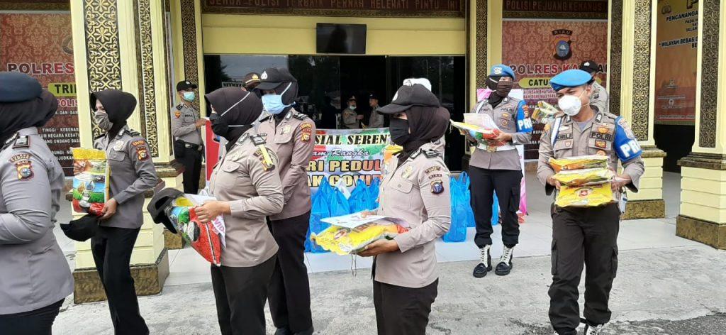 Polres Kampar Bagikan Ratusan Paket Makanan dan Sembako Untuk Masyarakat Terdampak Covid-19