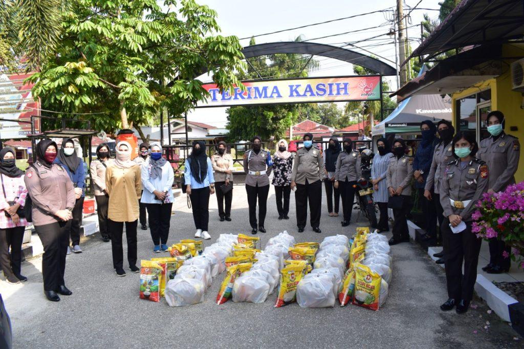Polwan Polres Kampar Bagi-bagi Sembako Untuk Masyarakat Terdampak Covid-19