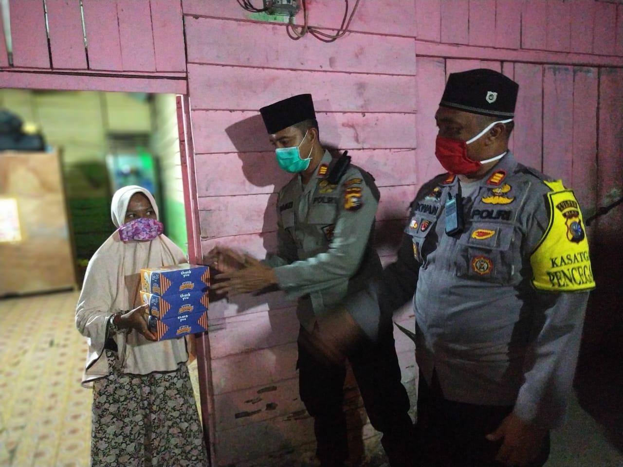 100 Nasi Kotak dari Polres Kampar Diantar Kerumah Warga Kurang Mampu untuk Sahur Pertama Ramadhan