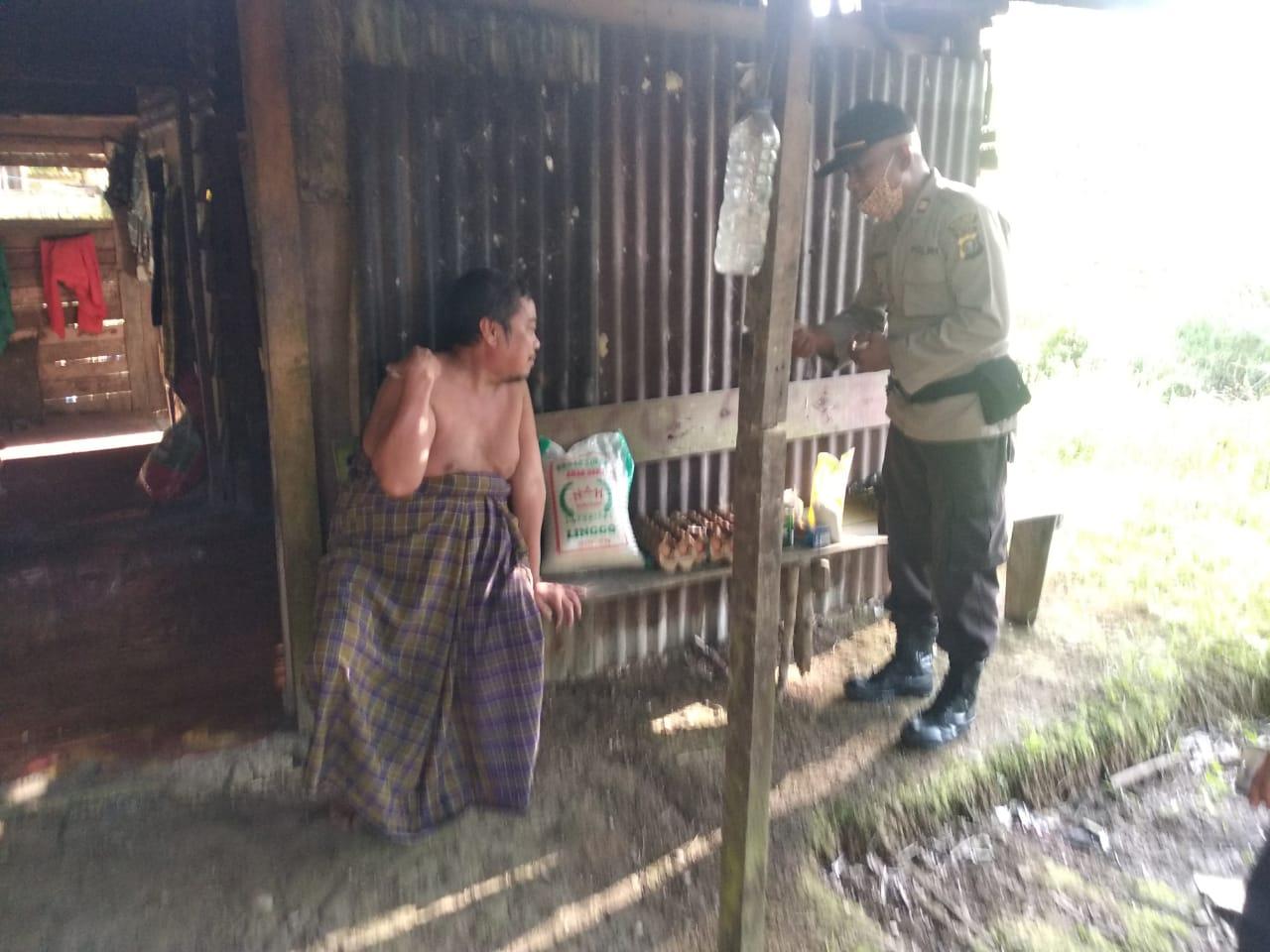 Kapolsek Tambang Kunjungi dan Bantu Seorang Pria Sakit-sakitan, Hidup Terpencil Sebatang Kara