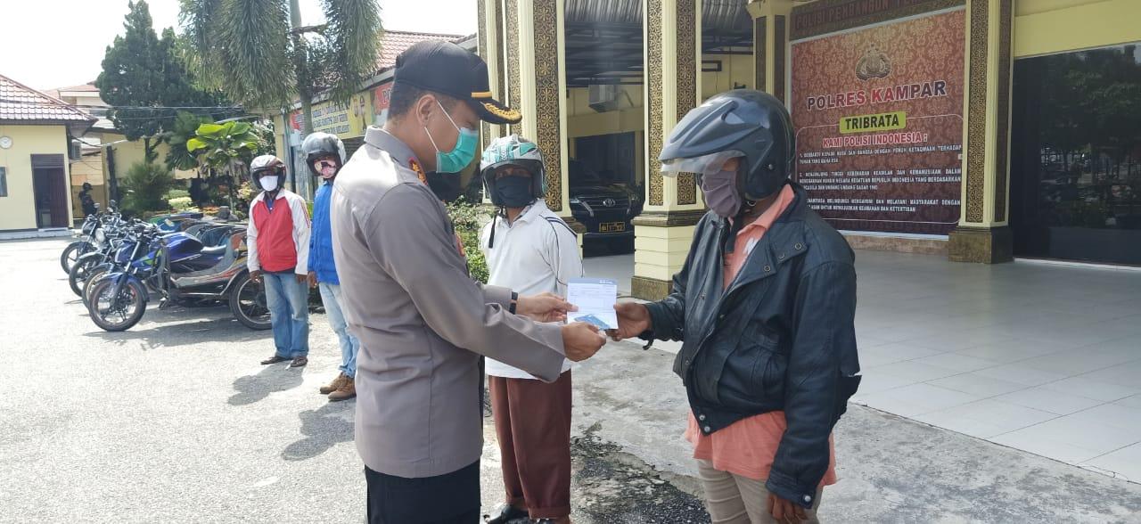 Kapolres Kampar Serahkan Buku Tabungan dan Kartu ATM Penerima Bantuan Program Keselamatan Polri