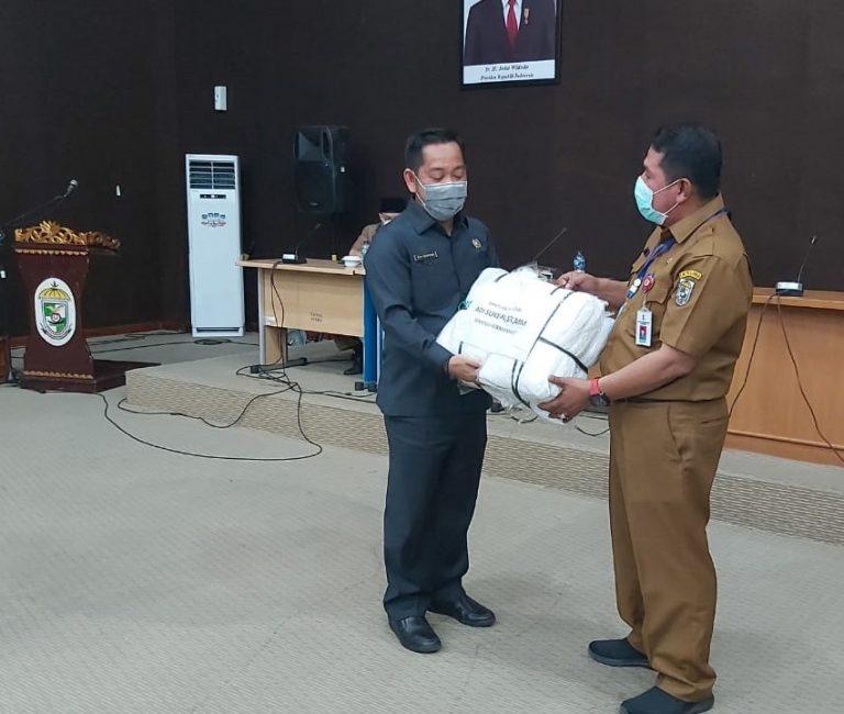 Ketua DPRD Adi Sukemi Serahkan Bantuan APD Baju Hazmat Tenaga Medis
