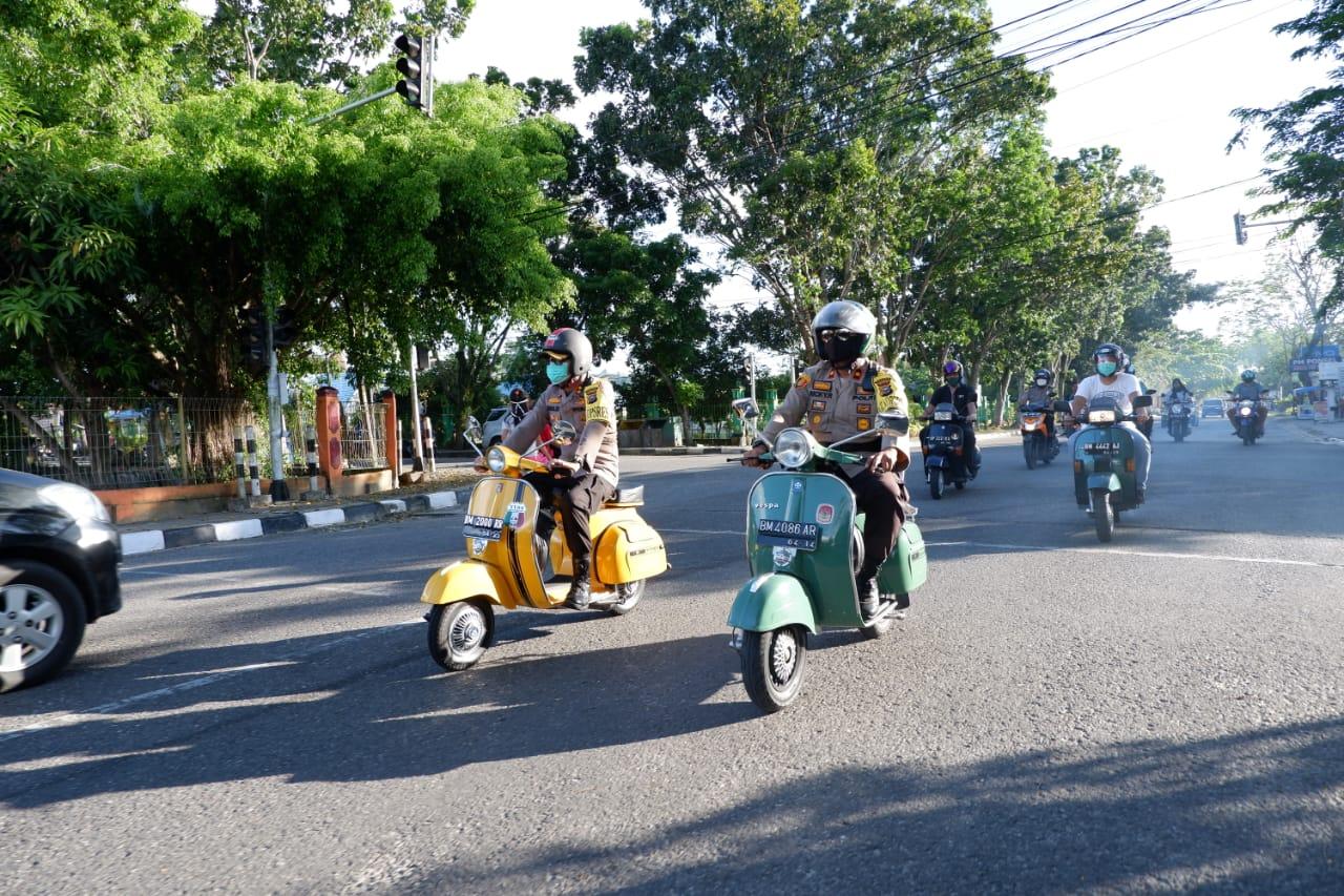Kendarai Vespa, Kapolres dan Para Pejabat Polres Kampar Bagikan Masker di Pasar Ramadhan