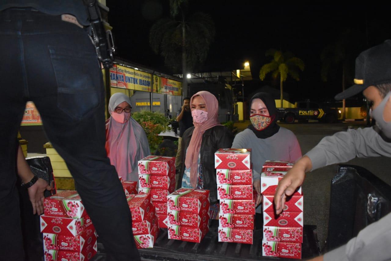 Polres Kampar Kembali Bagikan Nasi Kotak Untuk Sahur Bagi Warga Terdampak Covid-19