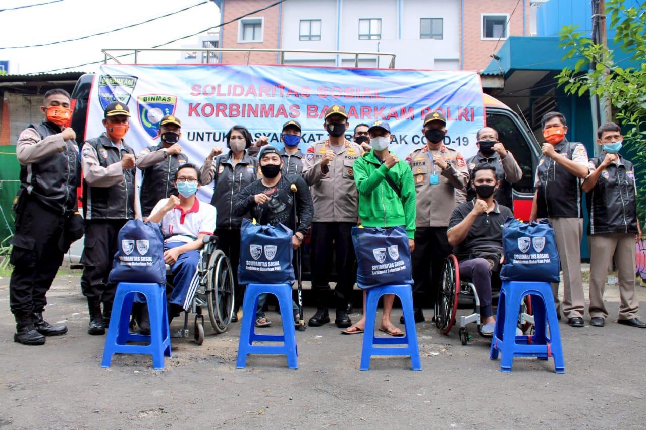 Kakorbinmas Baharkam Polri Sentuh Penyandang Disabilitas Dengan Memberikan Bantuan Berupa Sembako