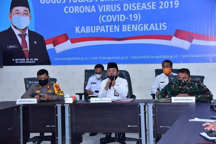 Gubernur Riau Menyalurkan Bantuan Sosial Kepada Pemerintah Kabupaten/Kota