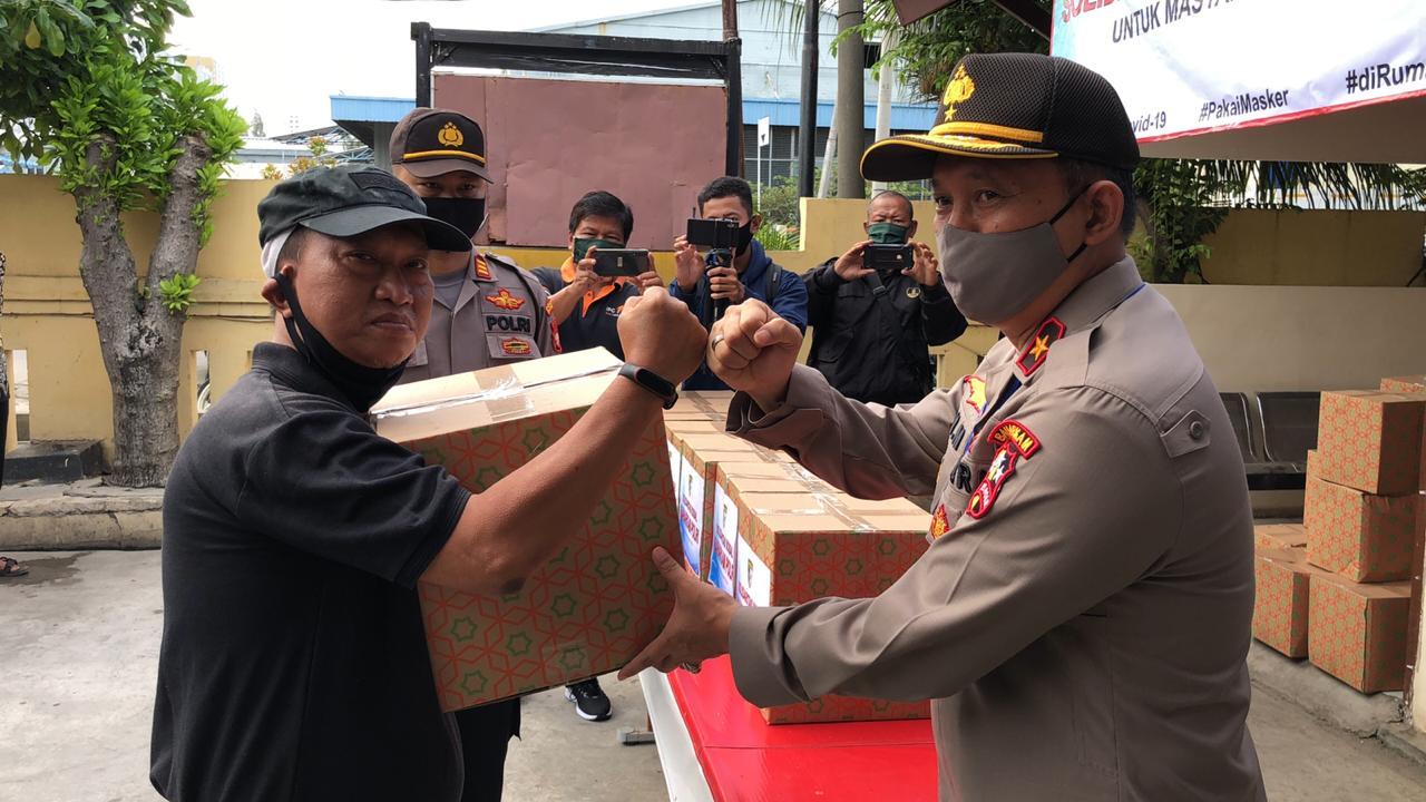 Dirbinpotmas Korbinmas Baharkam Polri Brigjend Pol Edi Murbowo SIK MSI Membagikan 1000 Paket Sembako Kepada Warga