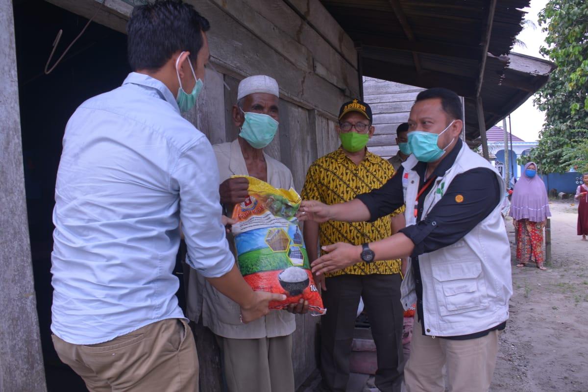 Bupati Kampar Memberikan Sembako Kepada Masyarakat Di Desa Koto Garo