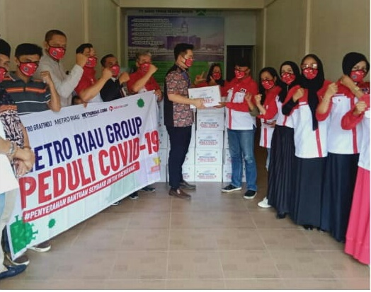 Pandemi Covid-19, LIRA Riau Serahkan 50 Paket Sembako Metro Riau Group Pada Masyarakat